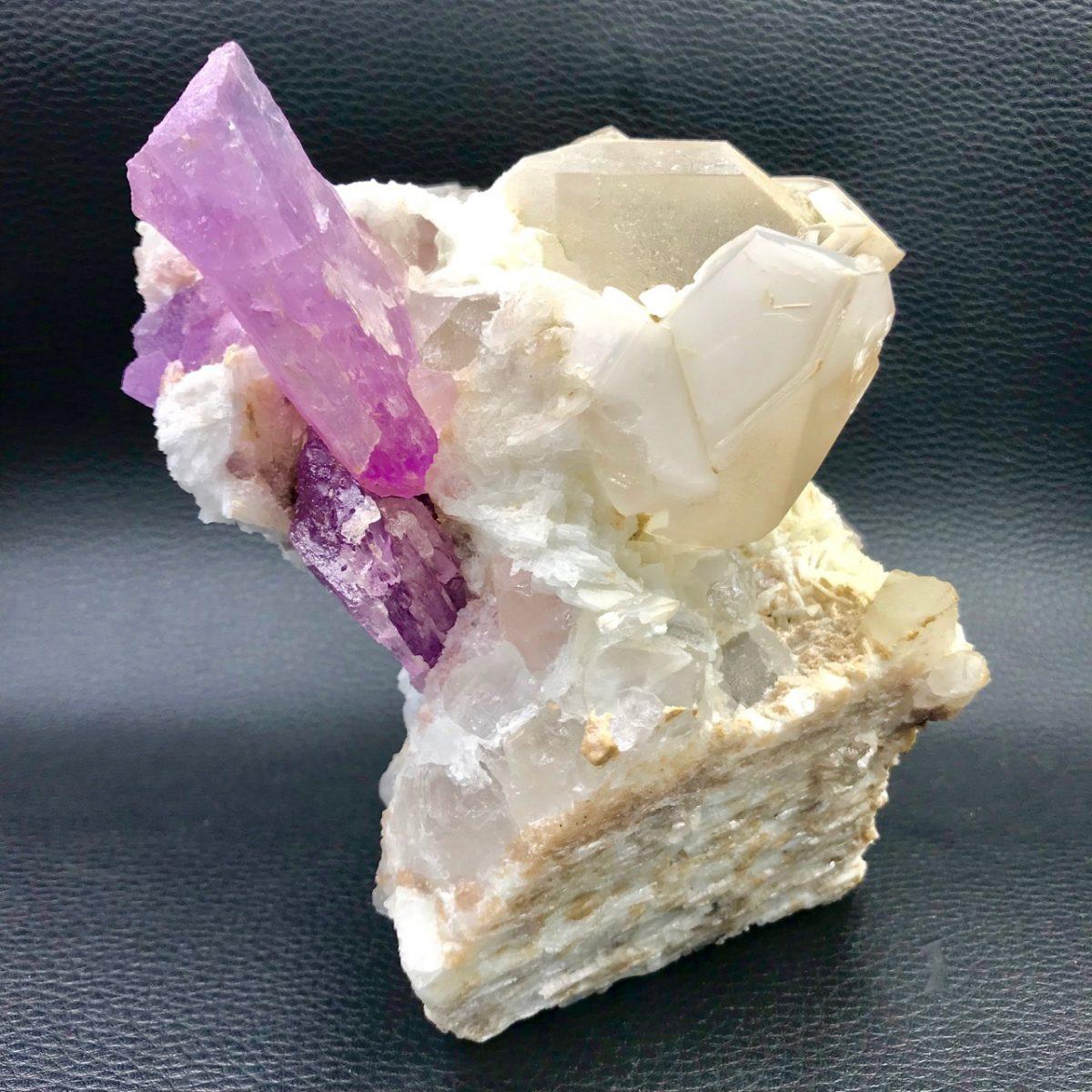 kunzite-sur-quartz