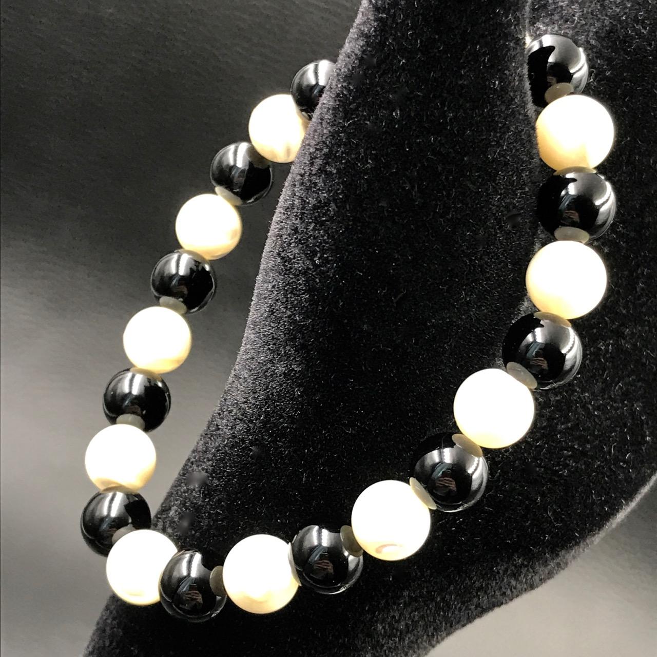 bracelet perles nacre et onyx coeur de pierres. Black Bedroom Furniture Sets. Home Design Ideas